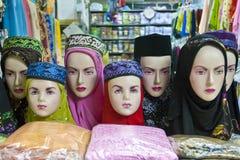 时装模特在与回教头饰的一个南部的泰国市场上 图库摄影