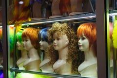 时装模特在与色的头发的一个商店窗口里 图库摄影
