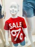 时装模特在商店 免版税库存图片