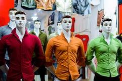 时装模特在服装店的色的衬衣穿戴了 免版税库存图片