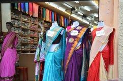 时装模特在零售嘘前面印地安时尚礼服穿戴了 免版税库存图片