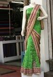 时装模特在零售店前面的最新的印地安时尚礼服穿戴了 图库摄影