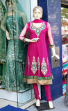 时装模特在零售店前面的最新的印地安时尚礼服穿戴了 库存图片