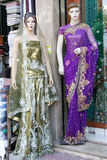 时装模特在零售店前面的最新的印地安时尚礼服穿戴了 免版税库存照片