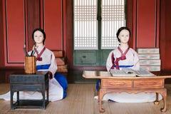 时装模特在hanbok穿戴了在Hwaseong Haenggung宫殿,韩国 库存照片