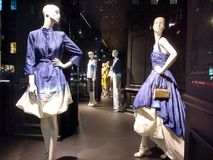 时装模特塑造最新的时尚,Saks Fifth Avenue,NYC,NY,美国 免版税库存照片