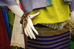 时装模特显示佩带的手织的丝绸礼服:地方棉花被编织的集合在泰国在这个区域北部地区 免版税库存照片