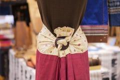 时装模特显示佩带的手织的丝绸礼服:地方棉花被编织的集合在泰国在这个区域北部地区 图库摄影