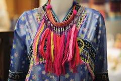 时装模特显示佩带的手织的丝绸礼服:地方棉花被编织的集合在泰国在这个区域北部地区 免版税库存图片