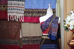时装模特显示佩带的手织的丝绸礼服 库存图片
