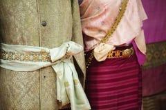 时装模特显示佩带的手织的丝绸礼服 免版税图库摄影