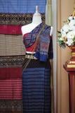 时装模特显示佩带的手织的丝绸礼服 免版税库存图片