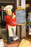 时装模特欢迎厨师在一家餐馆在圣马力诺 免版税库存照片