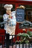 时装模特欢迎厨师意大利餐馆外 免版税图库摄影