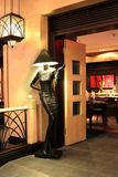 时装模特灯入口的会议客人对餐馆 图库摄影