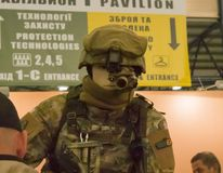 时装模特穿戴了各种各样的身体装甲和防护盔甲 例子军服成套装备 库存照片
