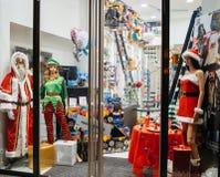 时装模特穿的以圣诞节主题的服装 库存照片