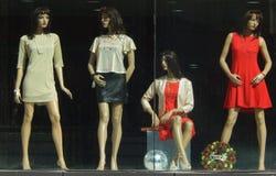 时装模特以在零售衣裳前面被保留的最新的时尚穿戴了 图库摄影