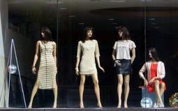 时装模特以在零售衣裳前面被保留的最新的时尚穿戴了 免版税库存图片