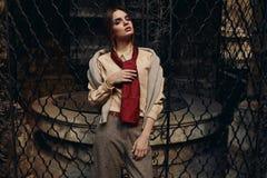 时装的时髦的女人在街道 模型时髦 免版税库存照片