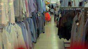 时装的部门在超级市场 股票视频