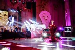 时装表演在10年豪华杂志庆祝节目 免版税库存图片