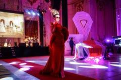 时装表演在10年豪华杂志庆祝节目 图库摄影