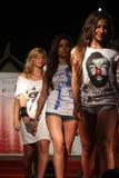时装表演在Lignano松树园 库存照片