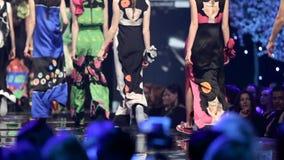 时装表演跑道美丽的五颜六色的礼服 影视素材