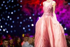 时装表演跑道美丽的桃红色礼服 图库摄影