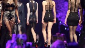 时装表演跑道美丽的黑色礼服 股票录像