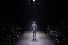 时装表演` 27Friday `人男孩成衣样式,寂寞 免版税库存照片