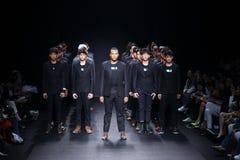 时装表演` 27Friday `人男孩成衣样式 免版税库存照片