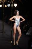 时装表演` La精品店成衣`的妇女和游泳上流削减了样式 免版税库存图片