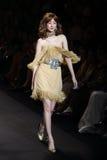 时装表演` La精品店成衣`的妇女和游泳上流削减了样式 图库摄影