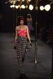 时装表演` La精品店成衣`的妇女和游泳上流削减了样式 免版税图库摄影