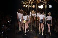 时装表演` La精品店成衣`的妇女和游泳上流削减了样式 免版税库存照片