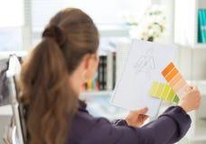 时装设计师与剪影一起使用 查出的背面图白色 免版税库存图片