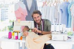 时装设计师在一个创造性的办公室 免版税库存图片