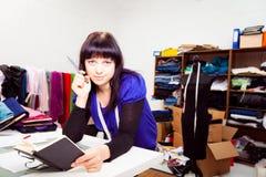 时装设计师在她的演播室 免版税库存照片