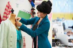 时装设计师在演播室 免版税库存照片