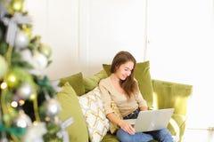 时装设计师女孩使用膝上型计算机的电话父母 免版税库存图片