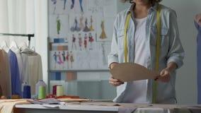 时装设计师工作模式在她的演播室,服装工业,事务 影视素材