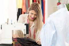 年轻时装设计师缝合 免版税库存图片