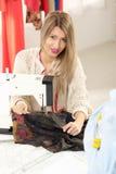 年轻时装设计师缝合 免版税库存照片