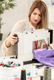 年轻时装设计师缝合 库存照片