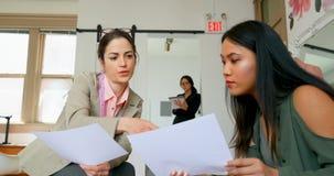 时装设计师谈论剪影与一名女性顾客4k 影视素材
