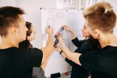 时装设计师选择新的收藏的颜色 免版税库存图片