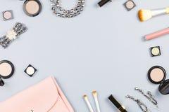 时装配件、构成产品、首饰和提包在淡色背景 秀丽和时尚概念,平的位置 免版税库存图片