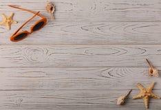 时装配件-在一木backgroun的玻璃橙色颜色 免版税库存照片